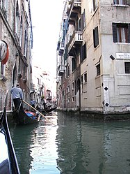 Canal junction, Venezia.jpg