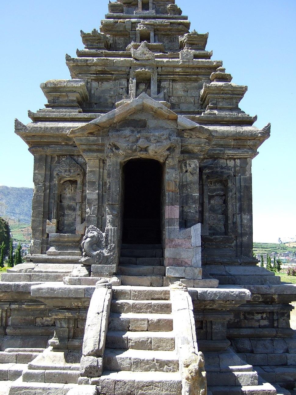 Candi Arjuna front view