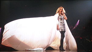 La cantante Céline Dion presentandose en conci...