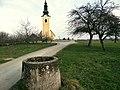 Cerkev Sv. Miklavža in rimski vodnjak v naselju Drama 2013.JPG