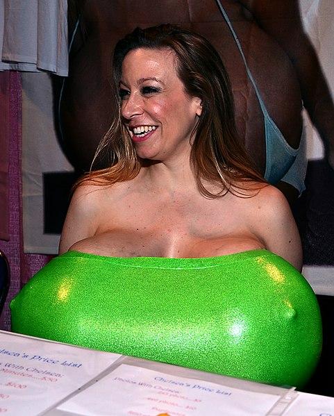 Chelsea Charms, la mujer con los senos más grandes del mundo