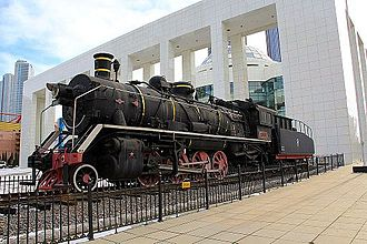 A retired China Railways SY, built jointly by Dalian Locomotive Works and Tangshan Locomotive Works in 1959, on display in front of Dalian Modern Museum China Railways SY in Dalian.JPG