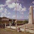 Collectie Nationaal Museum van Wereldculturen TM-20017513 Monument op de Frans-Nederlandse grens tussen Cole Bay en Marigot ter herinnering aan het verdelingsverdrag uit 1648 Sint Maarten Boy Lawson.jpg