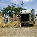 Collectie Nationaal Museum van Wereldculturen TM-20029672 Mannen halen de vuilnis op met vuilniswagen Bonaire Boy Lawson (Fotograaf).jpg