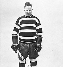 Photo de Denneny en tenue de hockeyeur.