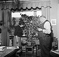 Dirk Nak en zijn vrouw in hun woonkamer, Bestanddeelnr 252-9021.jpg