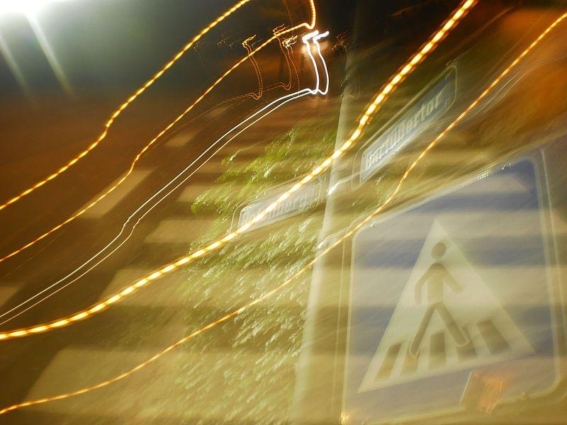 File:Doppelter Zebrastreifen in Strasse Barfüssertor Marburg mit Scheinwerferlicht an Einmündung Ende Rotenberg durch Langzeitbelichtung 2016-07-23.jpg
