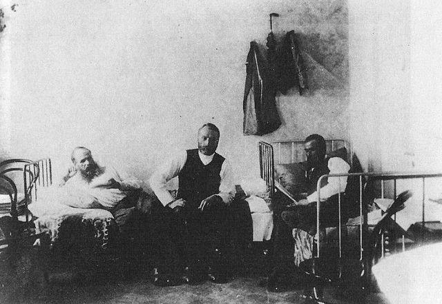 Ф. Достоевский под арестом на гауптвахте, здание которой располагалось на Сенной площади. Здесь он был 21 и 22 марта 1874г. «за нарушение порядка публикаций».