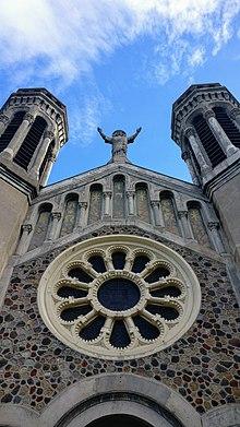 Vue de face de l'église du Sacré-Cœur