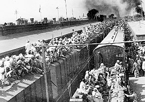 1947 in rail transport - Refugees at a railway station in Punjab following the Partition of India