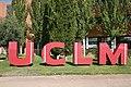 Escultura logo UCLM. Plaza de la Universidad. Ciudad Universitaria de Albacete.jpg