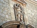 Estatua sobre el portón de la Iglesia de San Miguel y San Julián (Valladolid).jpg