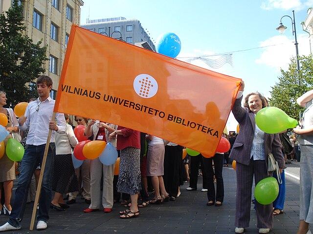 640px-Flag_of_Vilnius_University_Library02.JPG (640×480)