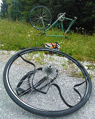 Flat tire - Replacing a punctured inner tube on a road bicycle