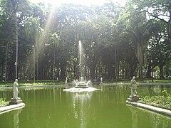 A Fonte, no centro do Jardim.