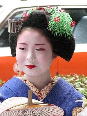 Maiko - Image: Fukuyu with willow kanzashi
