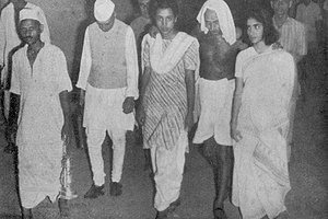English: Gandhi with Nehru and Indira. Late 1930s.