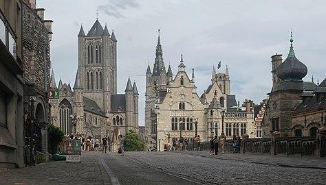Gent, de Sint-Niklaaskerk oeg25149, en op de achtergrond het Belfort oeg24555 en de Sint-Baafskathedraal oeg25743 IMG 0814 2021-08-15 16.54.jpg