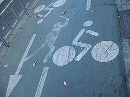 Grafiti estarcido en el carrilbici de Sevilla (Andalucía, España)
