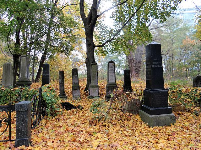 Tombes sous la forme d'obélisque au cimetière juif de Varsovie en automne. Photo de Jolanta Dyr