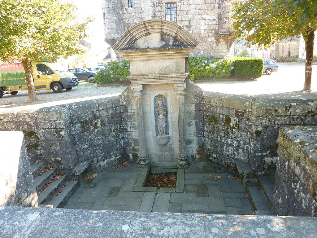 Bretagne - Guerlesquin 1024px-Guerlesquin_34_La_fontaine_Sainte-Barbe_devant_le_pr%C3%A9sidial