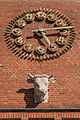 HH-Barmbek Eingangsbauwerk der ehemaligen Margarinefabrik Voss restaurierte Uhr und neuer Kuhkopf.jpg