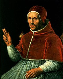 Un uomo di mezza età in vesti clericali rosse e bianche.