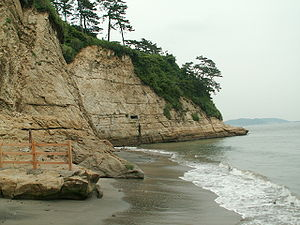 Inamuragasaki - The tip of the cape at low tide seen from Shichirigahama