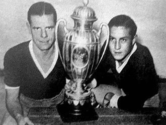 Copa Aldao - Independiente players (Antonio Sastre at left) with the Copa Aldao trophy in 1938