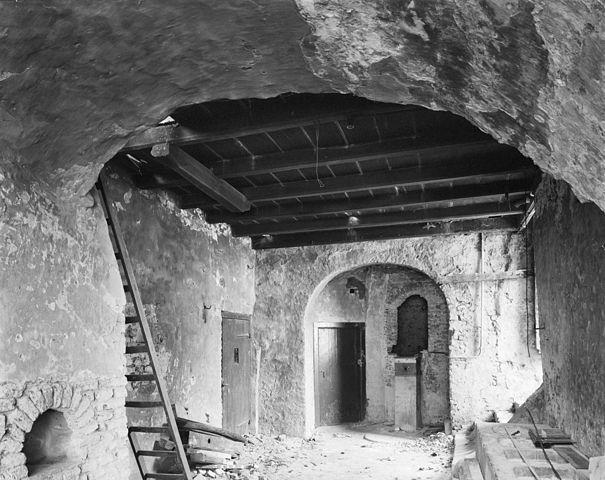 File interieur kelder met houten plafond tijdens for Interieur 605