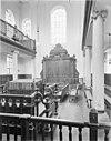 interieur van de portugees-israëlitische synagoge met biema (=verhoging voor het voorlezen van de tora) en heilige arke -
