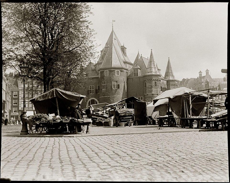 Nieuwmarkt à Amsterdam en 1902, le café t'Loosje etait déja ouvert depuis plus d'un siècle.