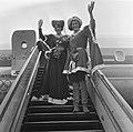 Jacoba van Beieren en vierde echtgenoot Frank van Borselen van Schiphol vertrokk, Bestanddeelnr 919-0044.jpg