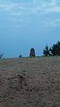 Kámen postavený poblíž naleziště 21 žárových hrobů z období cca 300 let př.n.l..jpg
