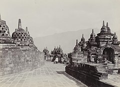 KITLV 40542 - Sem Céphas - Stupa terrace at Borobudur - Around 1910.jpg