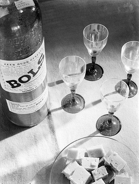File:Kaasblokjes bij een fles Bols, Bestanddeelnr 189-0118.jpg