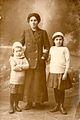 Katharina Roth mit ihren Kindern Fritz und Kätha.jpg