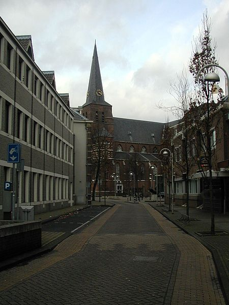 Bestand:KerkDeurnevanuitMartinetstraat.JPG