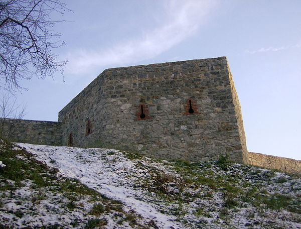 Wzgórze Zamkowe w Kielcach, baszta obronna w murach okalających Pałac Biskupów Krakowskich. Źródło: Wikimedia Commons, autor: Michal.jamrozik, lic. CC BY-SA 2.5.