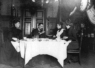 Frederiksholms Kanal 16–18 - Rudolph Christensen and his family at the dinner table, c. 1905