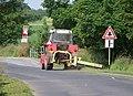 Kosoř, rozcestí, traktor se sekačkou.jpg