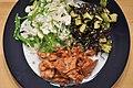 Kylling i hoisin-sauce, tangsalat og salat af blomkål, sukkerærter, koriander og porrer (5492047425).jpg