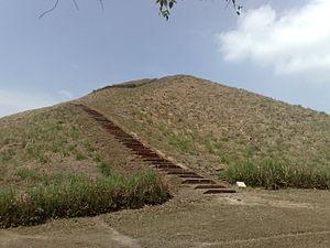 Español: Escalinata de la pirámide principal e...
