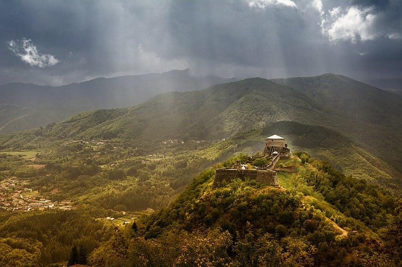 File:La fortezza è un faro che domina la valle.jpg