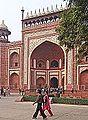 La porte principale du Taj Mahal (Agra) (8529183592).jpg