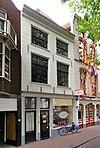 Pand met gepleisterde lijstgevel voor huis van parterre en twee verdiepingen. In de tweede verdieping schuiframen