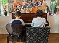 Le Canard pressé (restaurant) - duo au piano.jpg