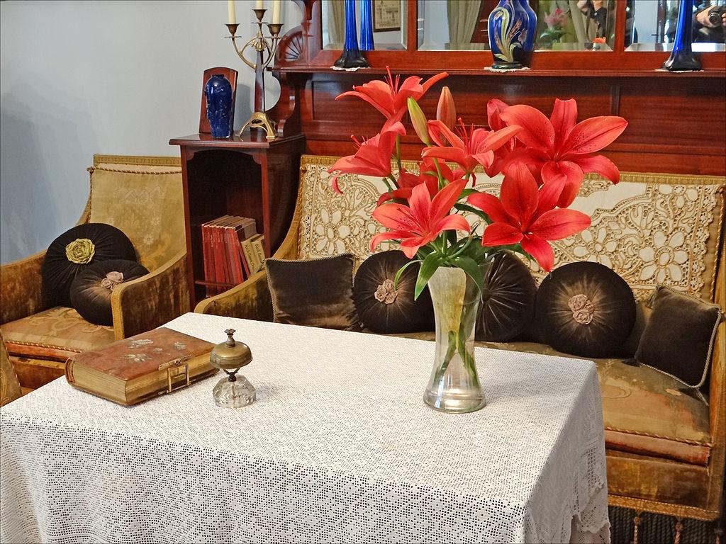 Musée d'art nouveau de Riga : Mobilier (avec textiles d'origine) du début 20ème siècle d'Europe occidentale, placé dans le hall de l'appartement reconstitué - Photo de Jean-Pierre Dalbéra