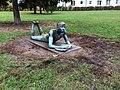 Lesender Knabe im Erich-Weinert-Park, Berlin.jpg