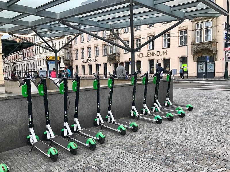 File:Lime e-scooters, Masarykovo nádraží.jpg